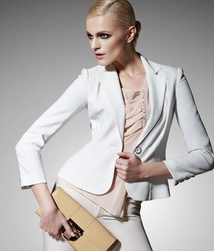 尚影时尚女装分享:骨架小肩膀窄的女性适合穿什么衣服?