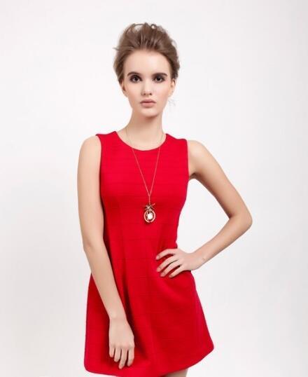 伊丝艾蒂女装时尚分享 红色无袖连衣裙款式潮流搭配