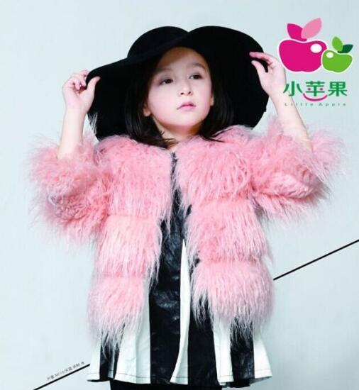 小苹果童装毛绒外套时尚搭配 儿童皮草毛绒外套里面配什么