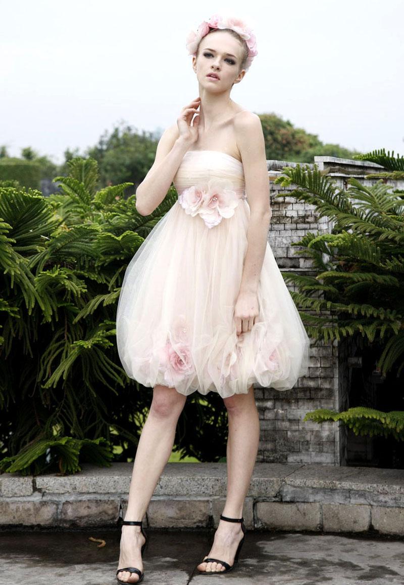 一股甜蜜的公主气息在这粉色的梦幻礼服上浅浅的流露.
