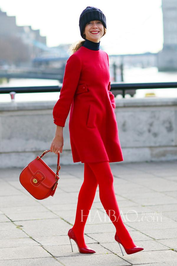 红色毛衣+运动鞋的搭配法本季最in
