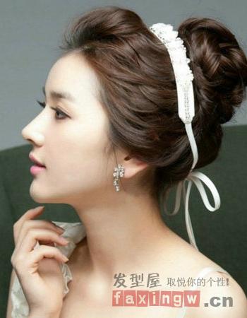 韩式新娘丸子头,用白色的头绳添魅力
