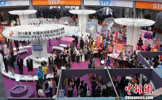 每年4月18日在福建石狮举行的海峡两岸纺织服装博览会,都会发布中国服装面料最新流行趋势. 蔡桦榕 摄