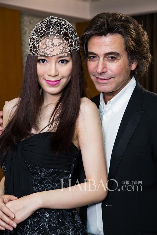 """亚历山大·施华利 (Alexandre Zouari) 在中国大陆、香港和台湾开展了""""高级发饰定制服务"""",为女性客人们设计适合她们的完美发饰"""
