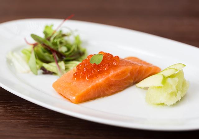 秘制塔斯马尼亚深海鲑鳟鱼配青苹果雪花和三文鱼子