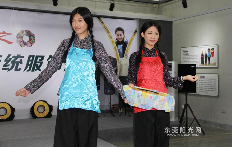 东莞举办传统服饰展 文化志愿者当模特展示图片