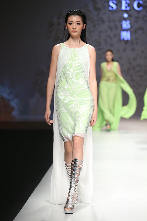 """中国国际时装""""祁刚时装发布会""""上展示著名时装设计师祁刚的时装作品."""