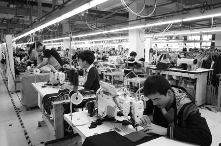 (记者王涵真摄)-宁波开发区服装代工厂 心无旁骛攻制造 贴牌也能图片
