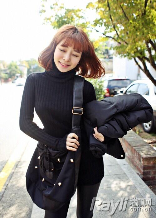 黑色羽绒服搭配皮裤