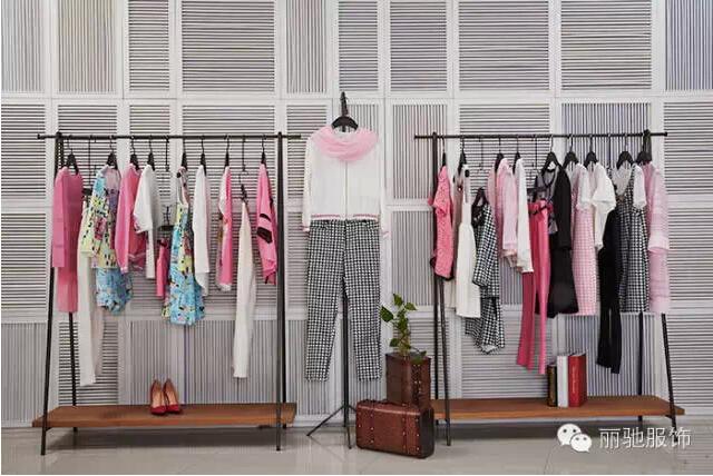 服装招商 商业资讯 3s女装2015春季服饰店铺陈列欣赏    第三波段的