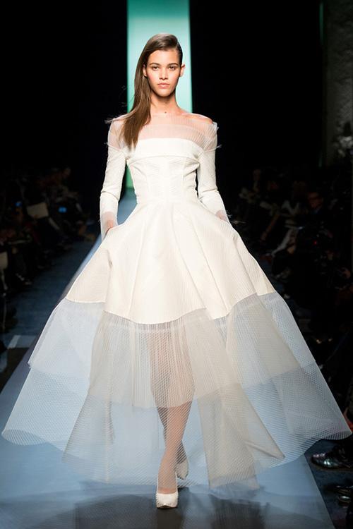 [导读] 甫于巴黎落幕的2015春夏高级定制服系列,给了即将在2015年举行婚礼的新娘们一些婚纱的灵感。甫于巴黎落幕的2015春夏高级定制服系列,给了即将在2015年举行婚礼的新娘们一些婚纱的灵感。高级定制服就是奢华高贵的象征,对于婚纱要求完美的女人是个绝佳的选择。