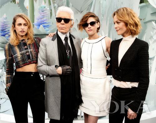 Karl Lagerfeld和三位手袋代言人Alice Dellal, Kristen Stewart 和 Vanessa Paradis