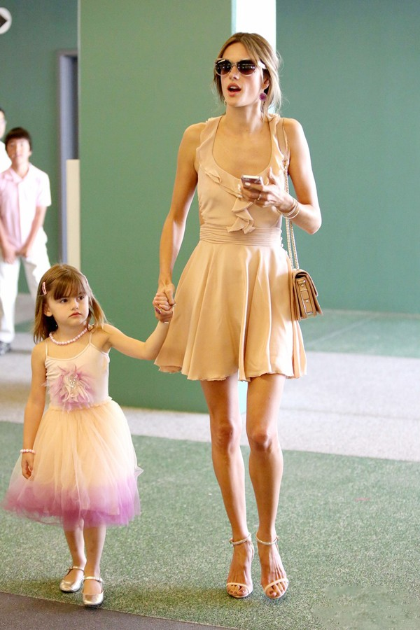 亚历山大·安布罗休明星街拍:生活像度假,穿搭似少女图片