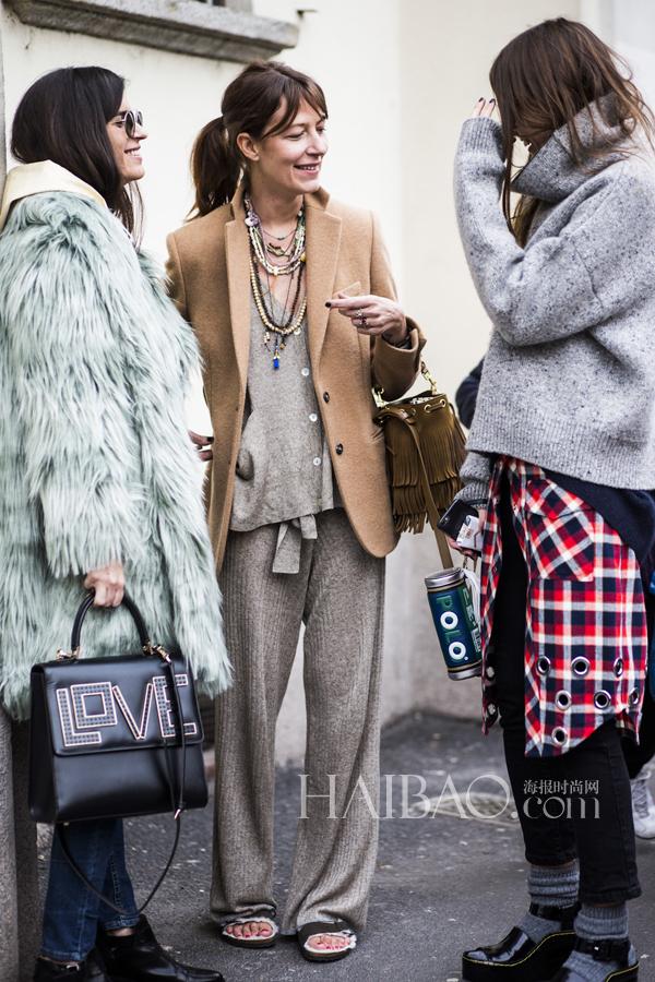 造型师助理Chiara Totire (左)、时尚编辑助理Carlotta Oddi (右)
