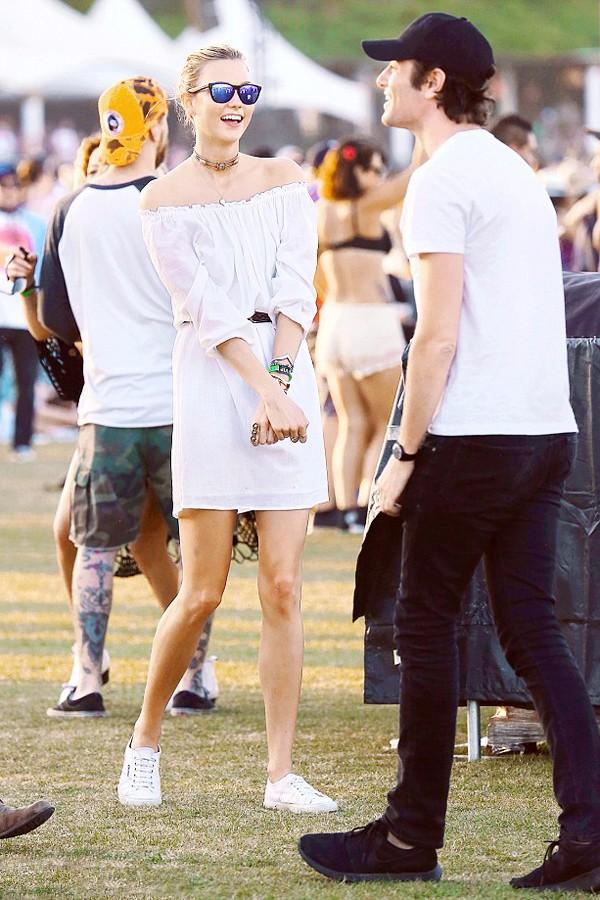 卡莉·克劳斯 (Karlie Kloss)  穿白色露肩裙和男友Joshua Kushner与路人合影