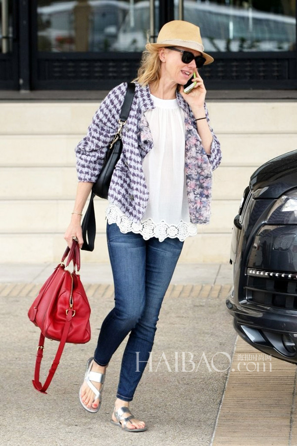 Naomi Watts穿白上衣、银色凉鞋、拎红包在比弗利山庄外出