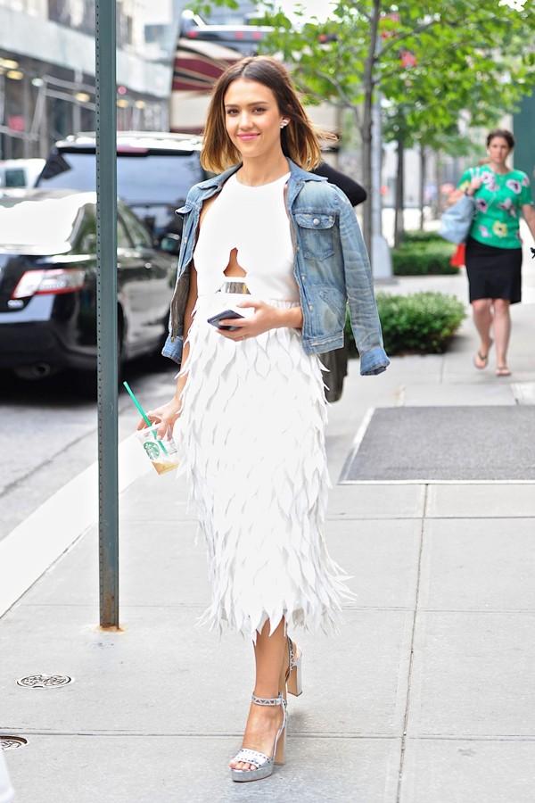 芭姐一袭白色羽毛裙配上天使般的微笑,美得令人陶醉