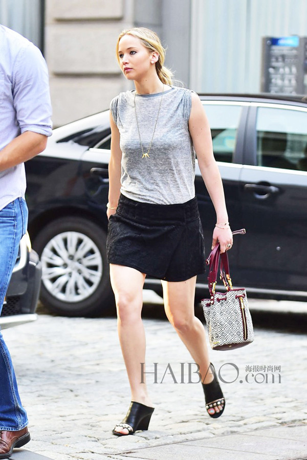 Jennifer Lawrence穿灰T、黑色迷你裙在纽约外出