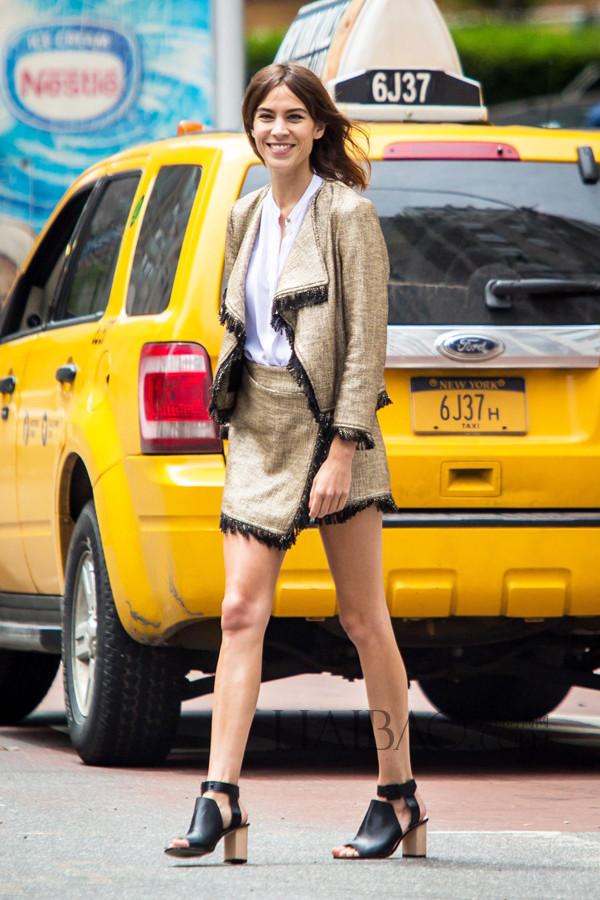 艾里珊·钟穿白衬衫、流苏裙装在纽约拍摄大片