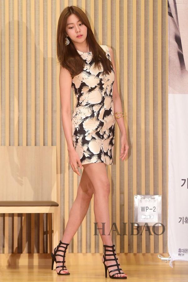 金宥真 (U-E) 身着巴黎世家 (Balenciaga) 印花裙亮相韩剧《上流社会》的制作发布会
