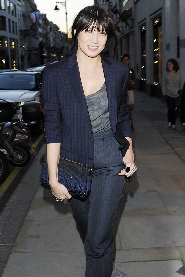 It Girl黛西·罗易格纹西服+竖条纹西装裤在伦敦参加品牌活动