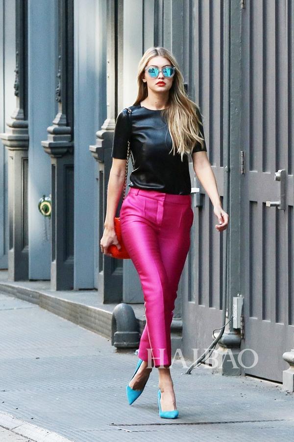 Gigi Hadid穿枚红色修身裤、蓝色高跟鞋在纽约拍摄大片