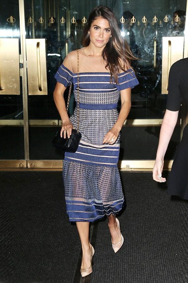 妮基·瑞德穿透视条纹长裙走出酒店,秀出新婚鸽子蛋