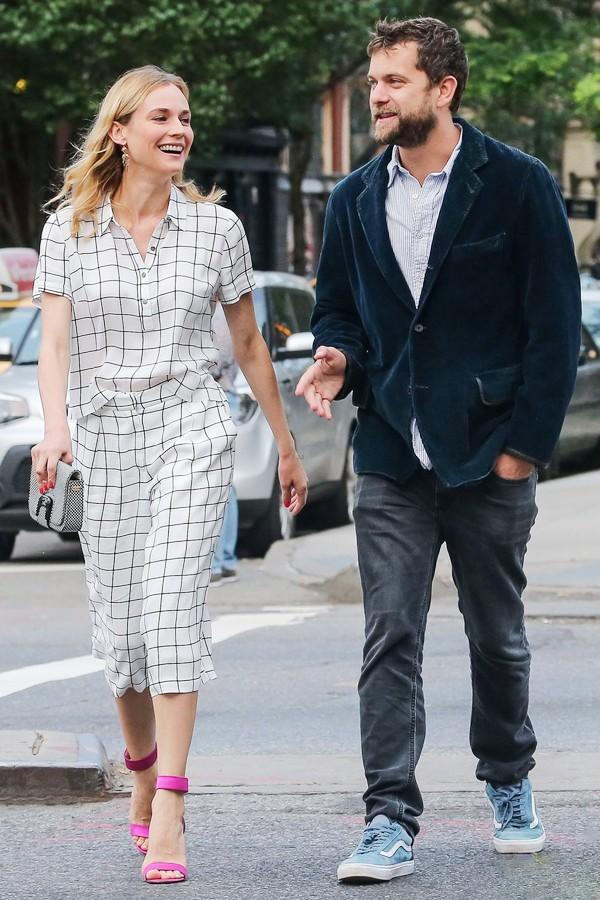 黛安·克鲁格身穿个纹套装与男友Joshua Jackson在纽约外出