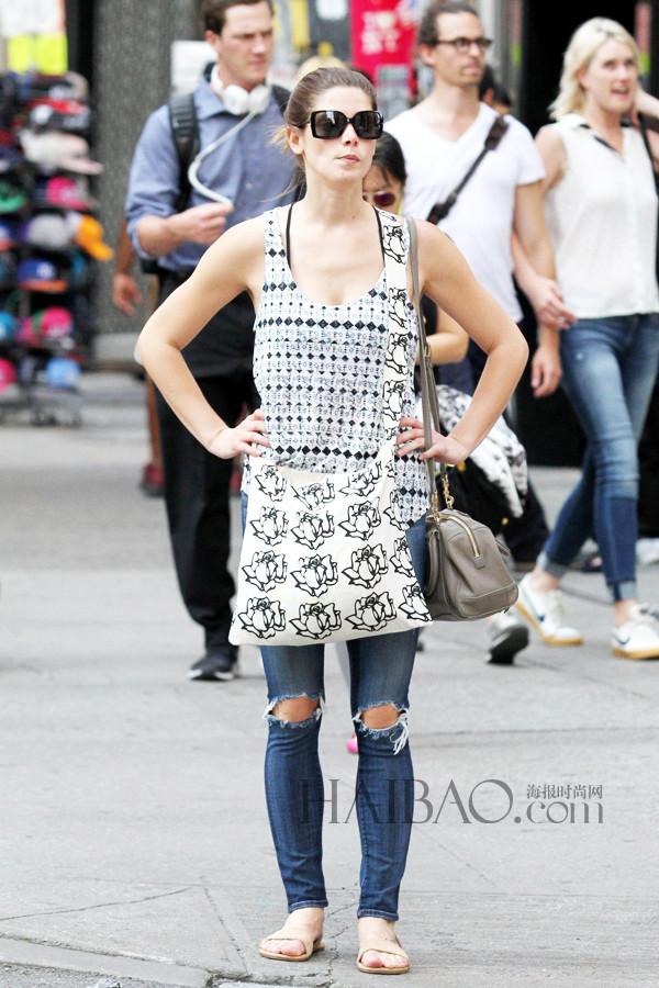 阿什丽·格林尼穿印花背心、牛仔裤在曼哈顿外出