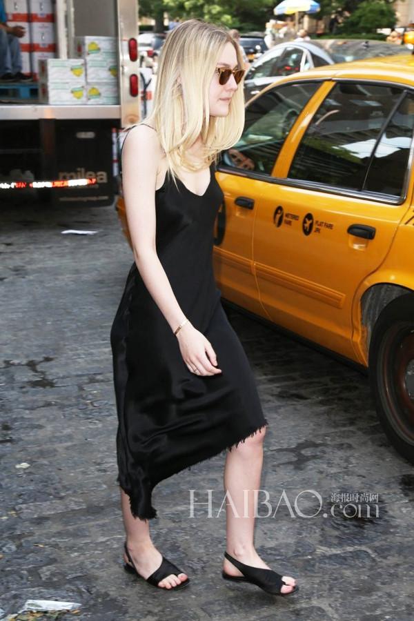 Dakota Fanning穿黑色吊带裙、黑色凉鞋在纽约外出