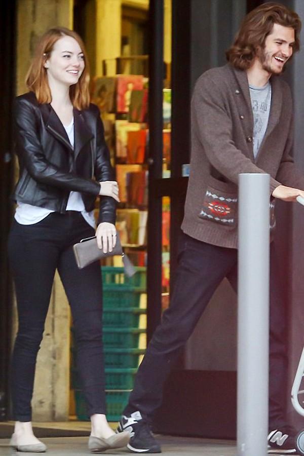 艾玛·斯通与男友安德鲁·加菲尔德有说有笑到超市购物,复合不久的两人回到热恋