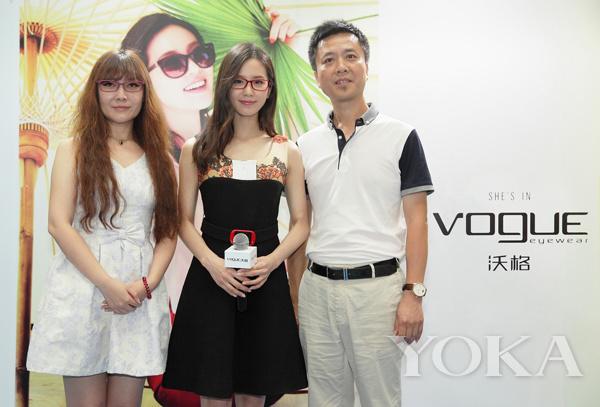 刘诗诗代言眼镜 斯文造型似老师