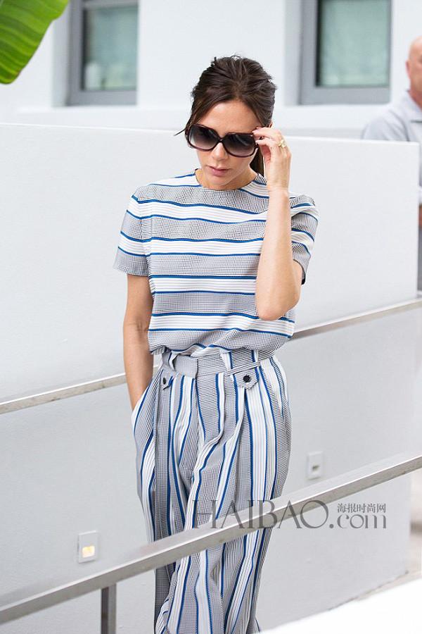 Victoria Beckham穿自家品牌15秋冬条纹裤装在纽约外出