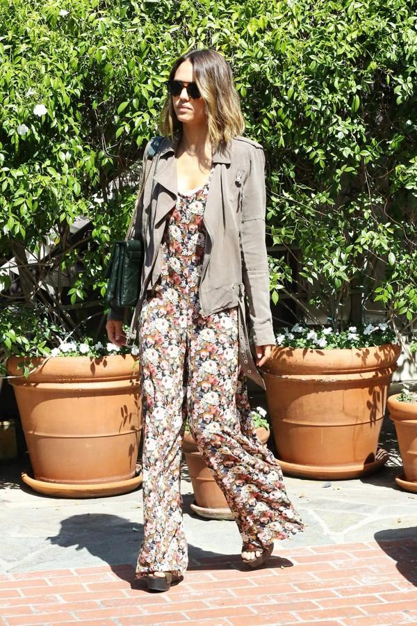 杰西卡·奥尔芭身穿碎花连体裤和老公外出Shopping