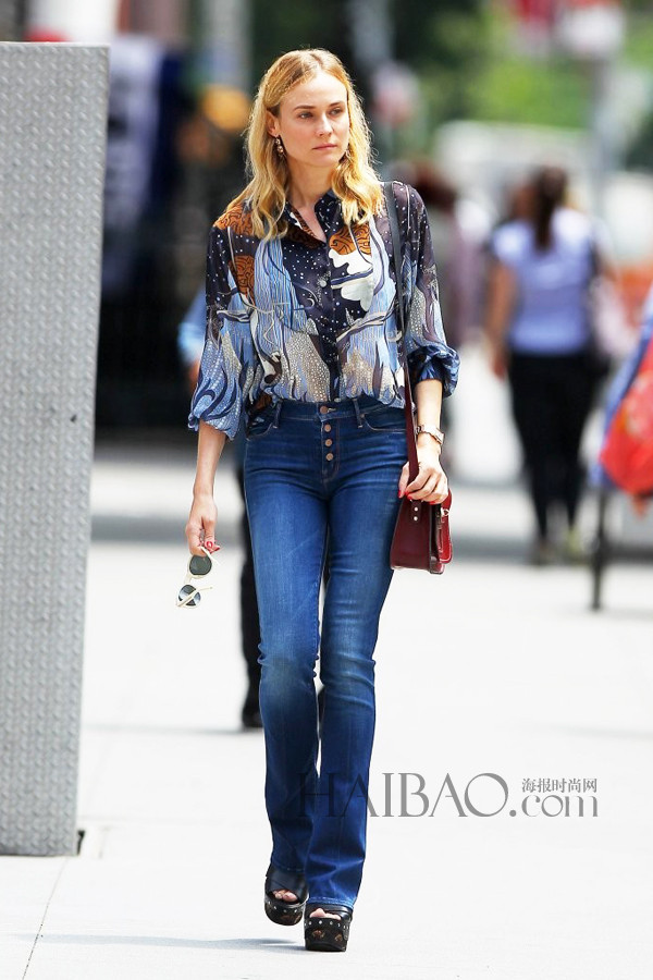 Diane Kruger穿印花雪纺衬衫、高腰牛仔裤在纽约外出