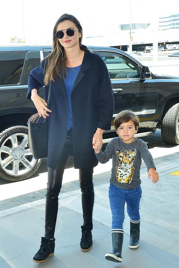 米兰达·可儿牵小开花现身洛杉矶国际机场,小家伙长高了不少