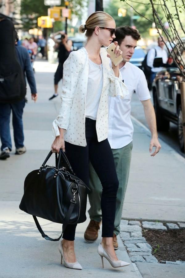 罗西·汉丁顿-惠特莉身穿Chloe白色西装外套干练装扮在纽约外出