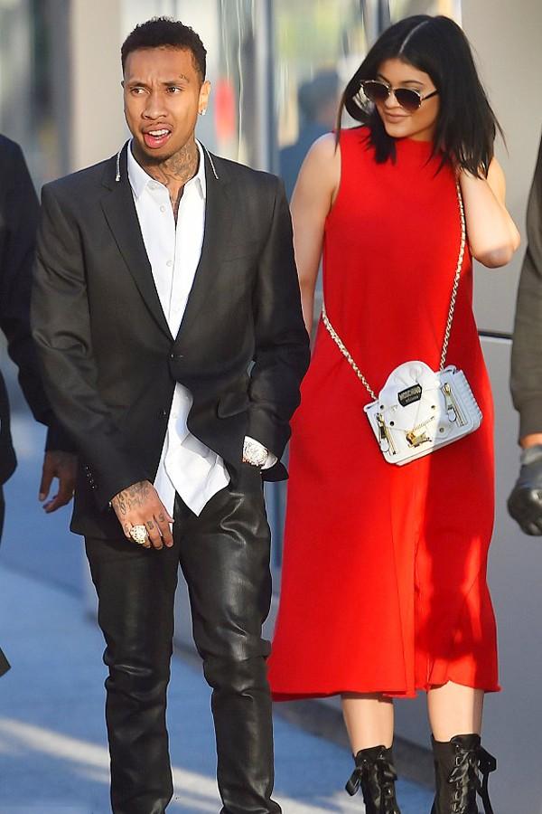 凯莉·詹娜一身艳丽红裙到场支持男友Tyga的新电影首映