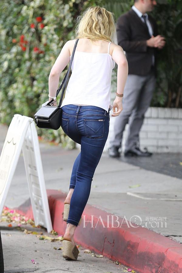 艾丽·范宁穿白吊带、牛仔裤在酒店外