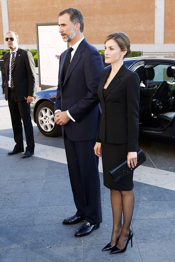 西班牙王后莱地齐亚身穿黑色套装陪同丈夫出席活动,气质优雅端庄