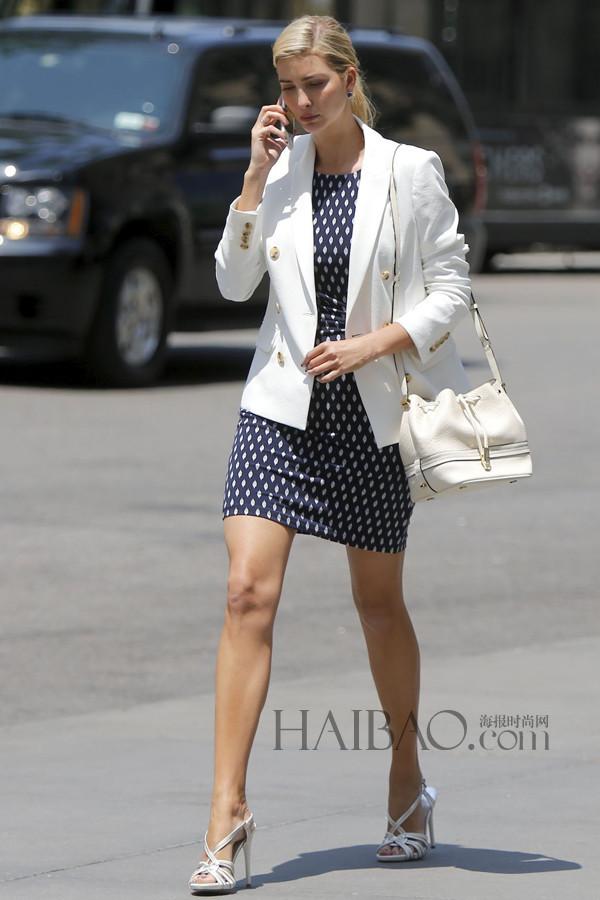 纽约名媛伊万卡·特朗普穿印花短裙、白色西服外套在纽约外出