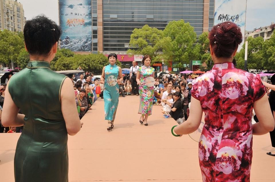 台州百名美女穿旗袍走秀 挑战吉尼斯中国旗袍