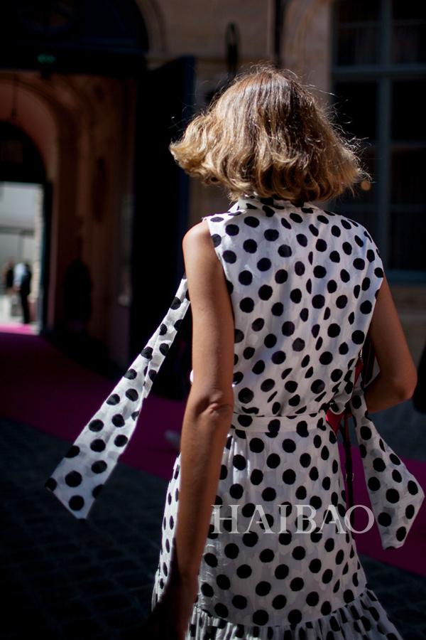 《Vogue》杂志意大利版时尚编辑Candela Novembre 2015秋冬高级定制时装周秀场外街拍