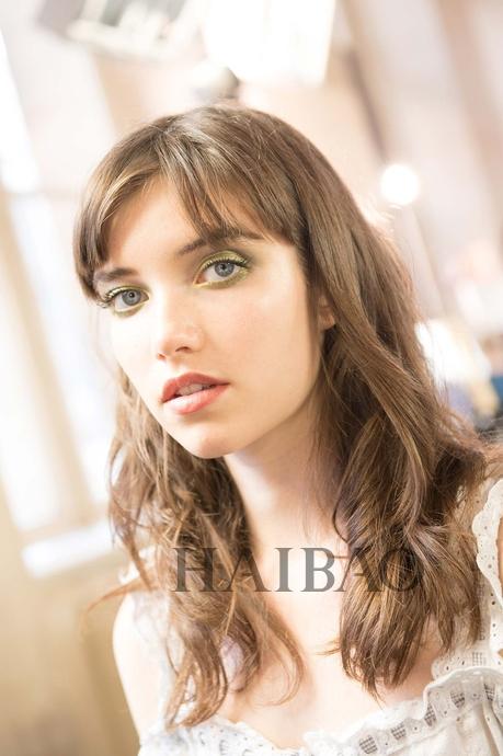 秀场上大量运用了丛林绿,眼妆自然不例外,彩妆师用鎏金绿色打造了迷幻的烟熏眼妆,以橄榄绿作底,绚丽的珠光绿勾勒出模特精致的眼眸。