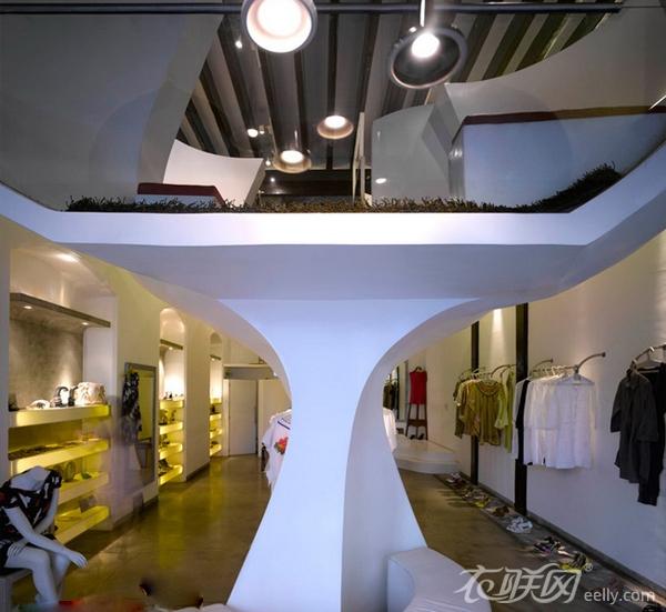 服饰,二层为男装专卖。橙色的灯光照明,使傍晚时分的店面特别引人注目。服装店空间照明,只是店面入口处,进行了全局照明。店内还是采用局部照明,使空间错落有致,黑白分明,这也是服装店灯光设计中最常见的表现手法。  这家服装店的装修设计设计,该建筑的特征是求同和存异一同出现,不断重复品牌特征内在的一致性有利于加强品牌的个性而新颖的专卖店设计可以创造品牌的氛围。