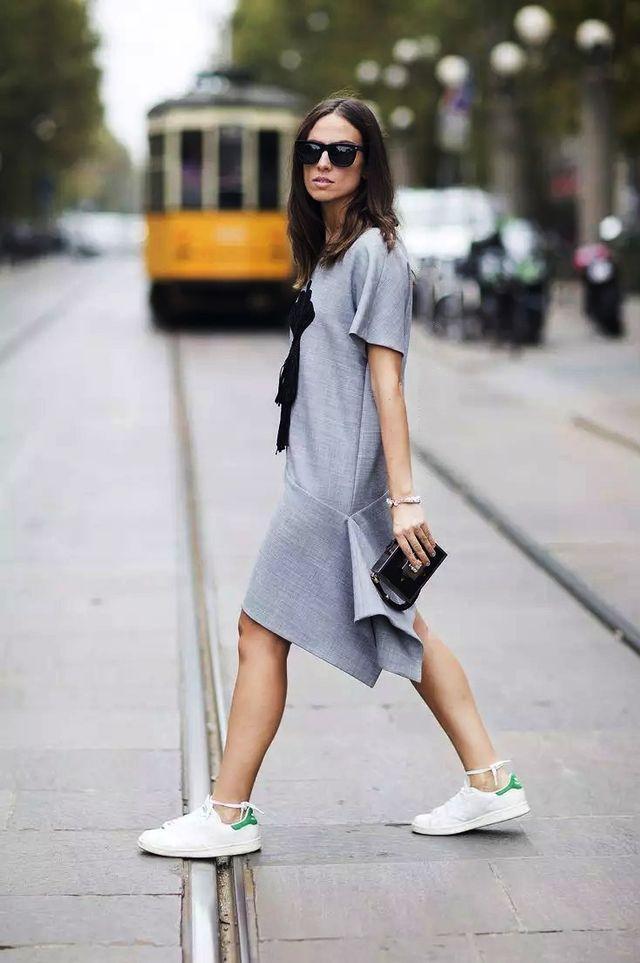这样调皮的鞋带系法,打破了灰色裙的拘束感,显得活泼起来!