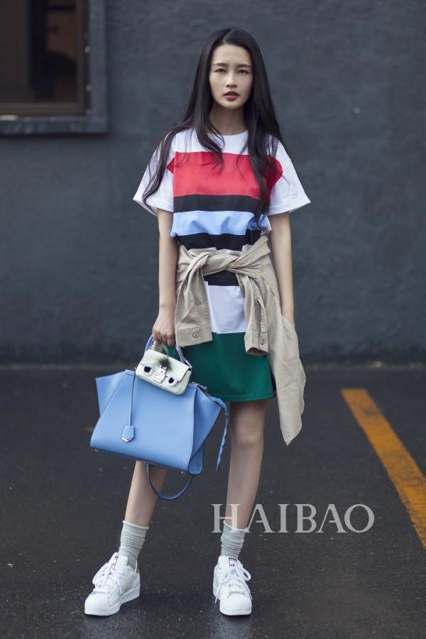照片中,李沁以各种清新撞色条纹装扮出镜,时而优雅时而随意时而可爱