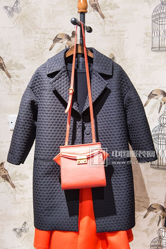 """服装行业一直都是一个令人眼花缭乱的时髦圈子,随着近几年消费者观念的改变和流行风向的变幻,简约风越来越受追捧,转而做简约女装的品牌络绎不绝,而真正能在市场上占有一席之地的品牌却并不多见。E.15女装从一出生就被贴上了鲜明的标签""""简、自由"""",并且凭借着一股""""奇妙""""的力量在不久前落幕的""""2015华东女装品牌热门榜中""""跻身TOP15"""