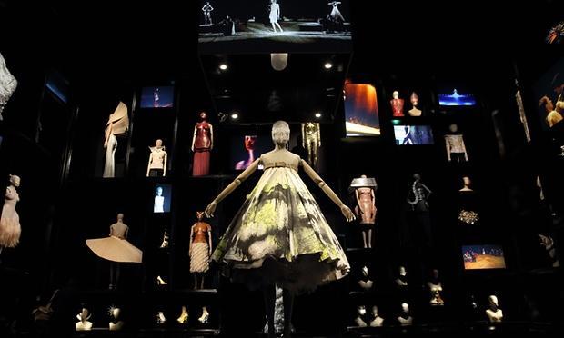 来伦敦博物馆通宵看展 McQueen的野性之美