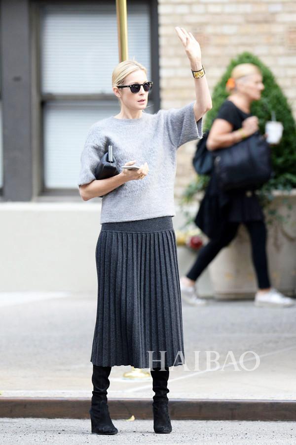凯莉·卢瑟福 (Kelly Rutherford) 穿羊毛针织衫、百褶裙在纽约外出